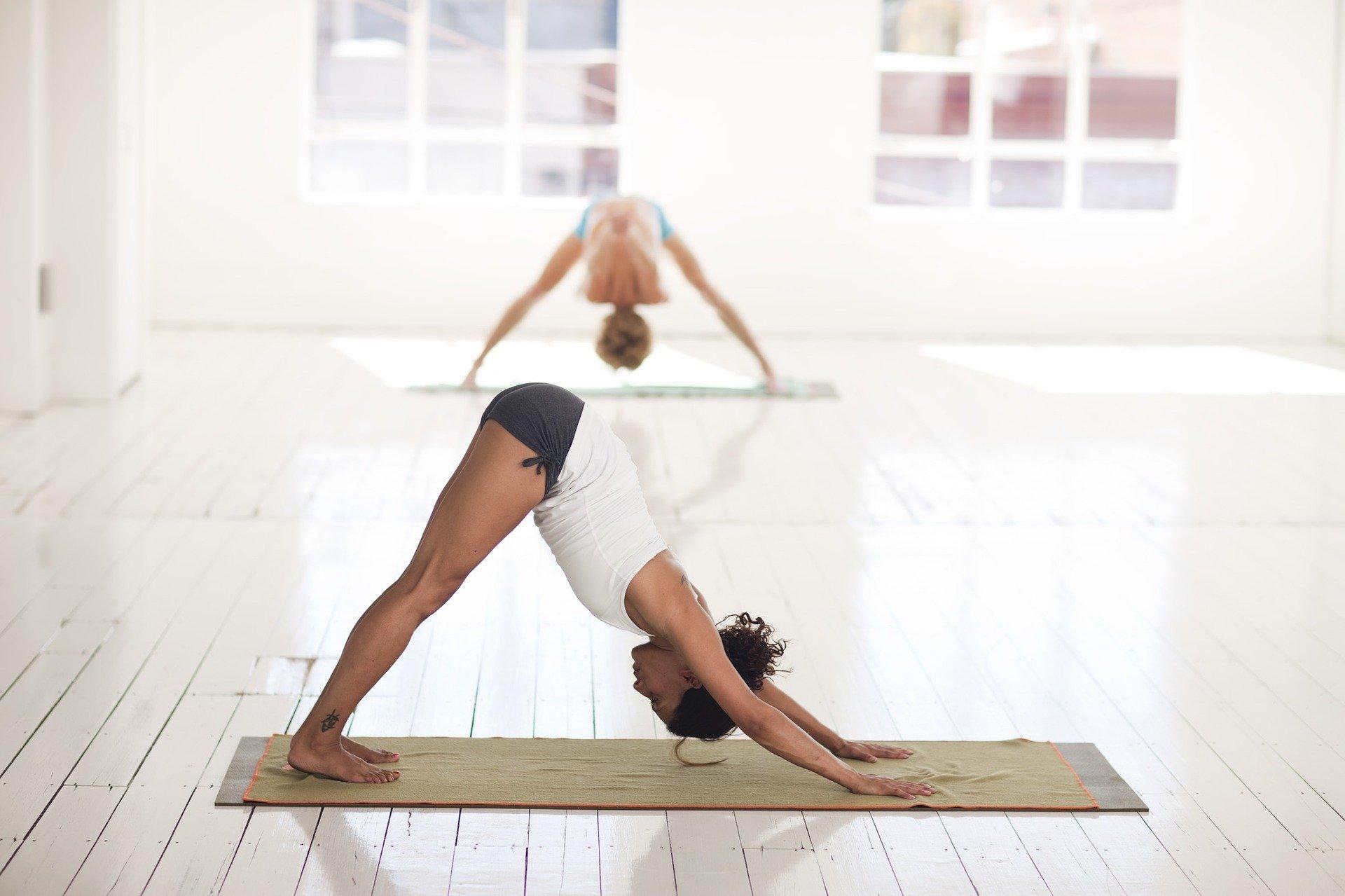 Kvinder dyrker yoga